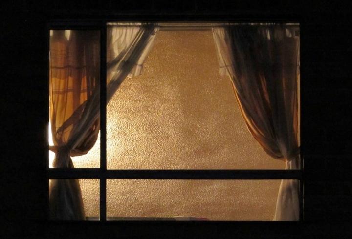 Luz encendida al interior de un apartamento familiar durante la pandemia mundial del año 2020.