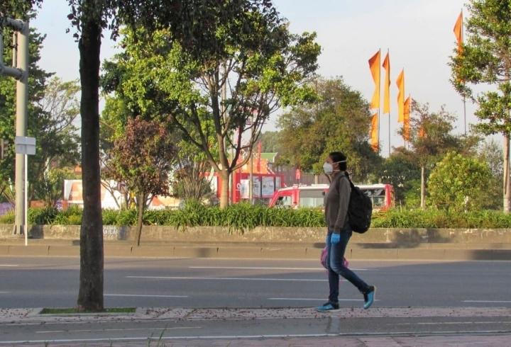 Tras la emisión del decreto 106 del 8 de abril de 2020 que prohíbe la salida de hombres los días pares y de mujeres los impares, una mujer sale a la calle el primer día de aplicación de la medida (13 de abril de 2020).