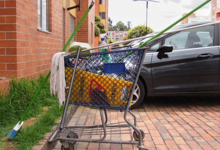 Implementos de limpieza utilizados por una mujer encargada del aseo de un conjunto residencial al occidente de Bogotá.
