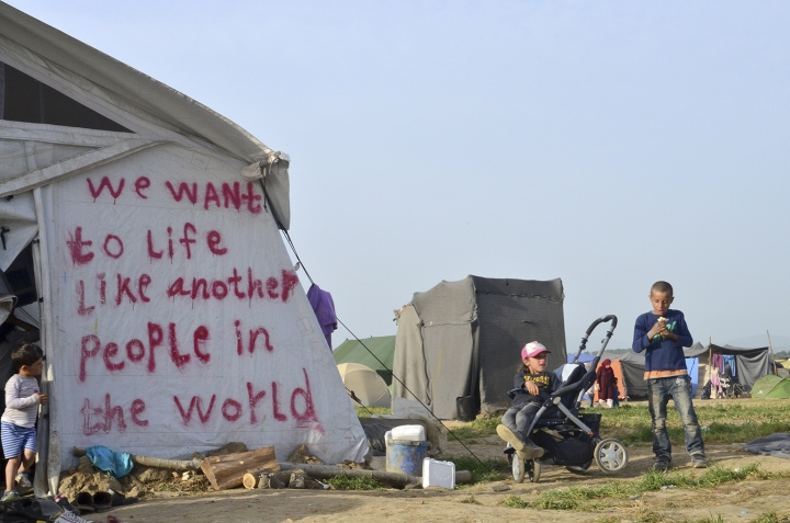 Niños en Idomeni con el mensaje 'We want to live like another people in the world'