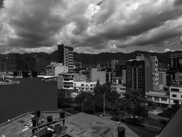 Vista de la ciudad y de la carrera 40 / 2 pm, 14 de abril