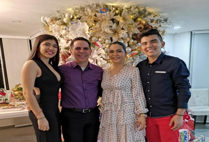 Juan Carlos junto a su esposa y sus dos hijos