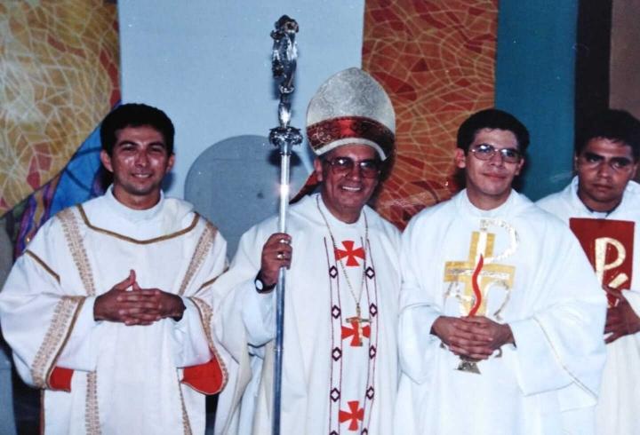 En el centro podemos ver al obispo de Barrancabermeja. A su derecha, el sacerdote Juan Carlos.