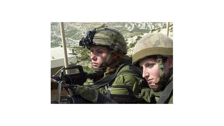 Dos militares israelíes hacen vigilancia a una base de las Fuerzas de Defensa de Israel.