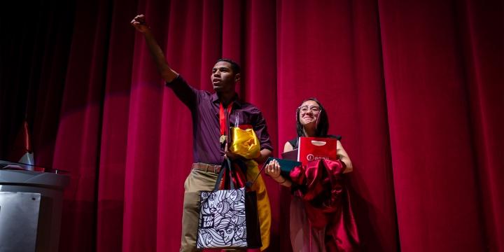 Estudiantes celebrando durante final de debate