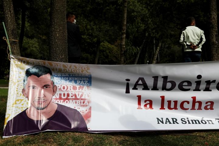 Imagen de un ex combatiente asesinado en una pancarta de las FARC