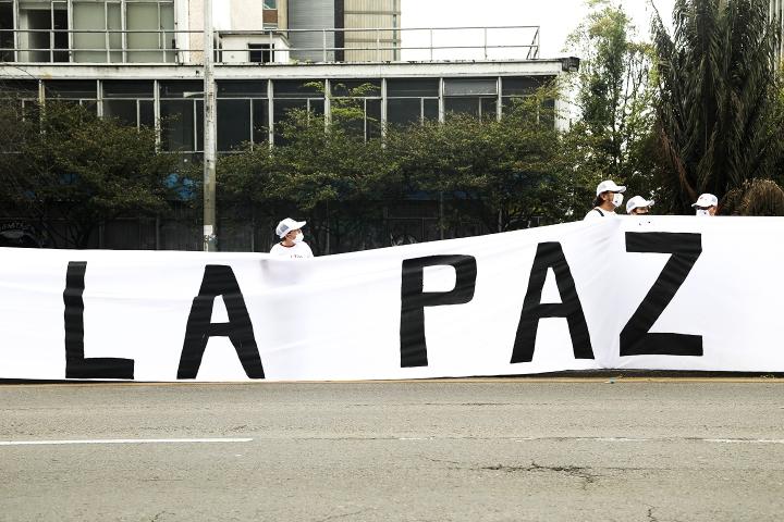 Pancarta con la palabra Paz de las FARC