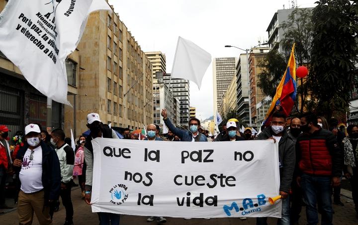 Marcha de las FARC encabezadas por Pastor Alape y por Carlos Lozada