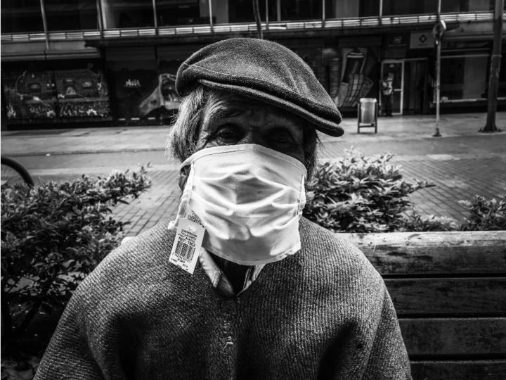 Retrato a Alberto, con tapabocas, que lleva viviendo en la calle 40 años