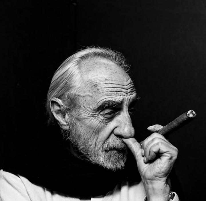 Serie de retratos de Alfredo Molano con cigarro habano en mano.