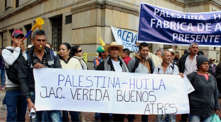 Delegación del municipio de Palestina (Huila) reclaman por la falta de apoyo. Foto: Laura Lucía González
