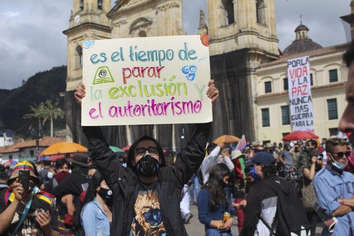 Este 21 de octubre de 2020, diversas personas se manifestaron en la Plaza de Bolívar, en el centro de Bogotá.