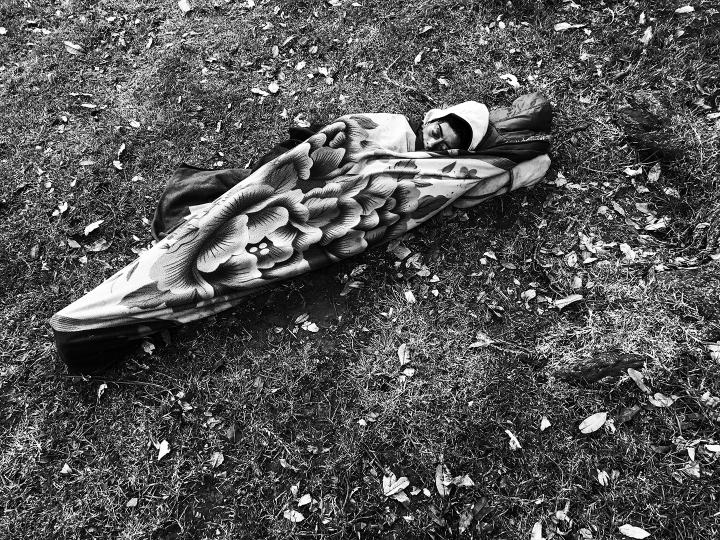 Habitante de calle durmiendo en un parque