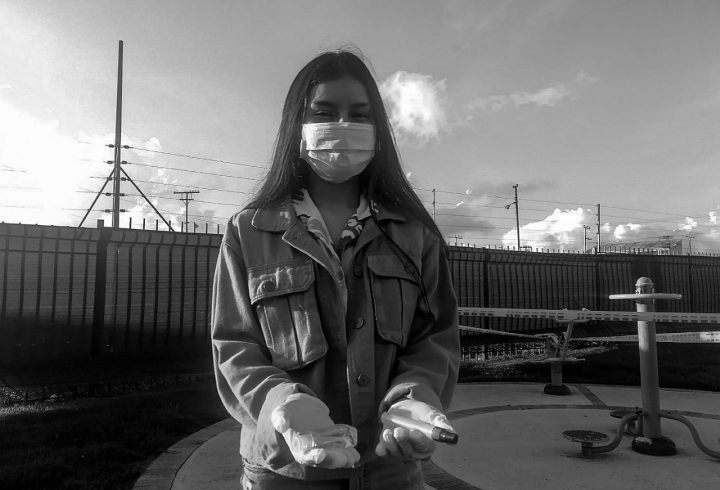 La necesidad de acostumbrarse. En la imagen: Sofia reemplazo a su celular y audífonos por tapabocas, alcohol y antibacterial cuando sale de su hogar.