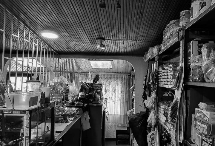 [Parte I] La ironía tiene su punto de encuentro en lugares confinados. En la imagen: La tienda de Carlina y Luis Eduardo permanece cerrada a petición de sus hijos, pues la prevención disminuye el riesgo.