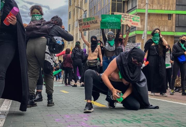 Con pintura en spray, muchas manifestantes intervinieron la ciudad