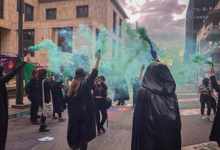 Cual aquelarre, las manifestantes se detuvieron frente al Consejo de Estado y arengaron por el aborto legal.