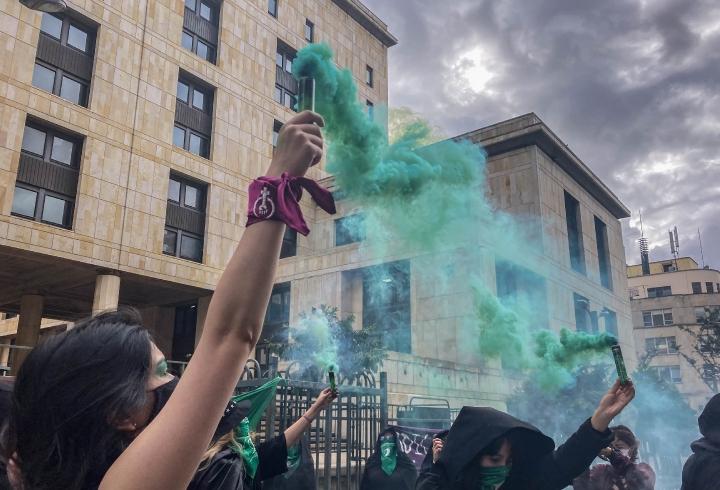 La manifestación concluyó con la quema de algunos versículos de la biblia, que ellas consideraron eran ofensivos contra la mujer.