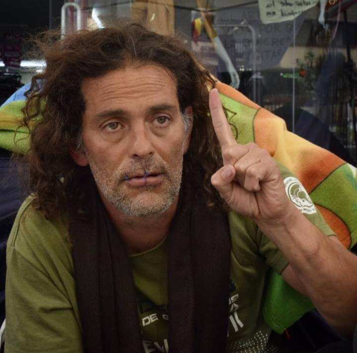 """""""¡Hoy muere un artista y se levanta un pueblo!"""", el artista John Fitzgeral en huelga de hambre"""