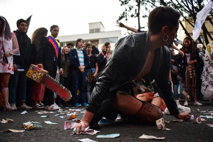 En la manifestación se vieron performances para resignificar lo que significa la educación pública.