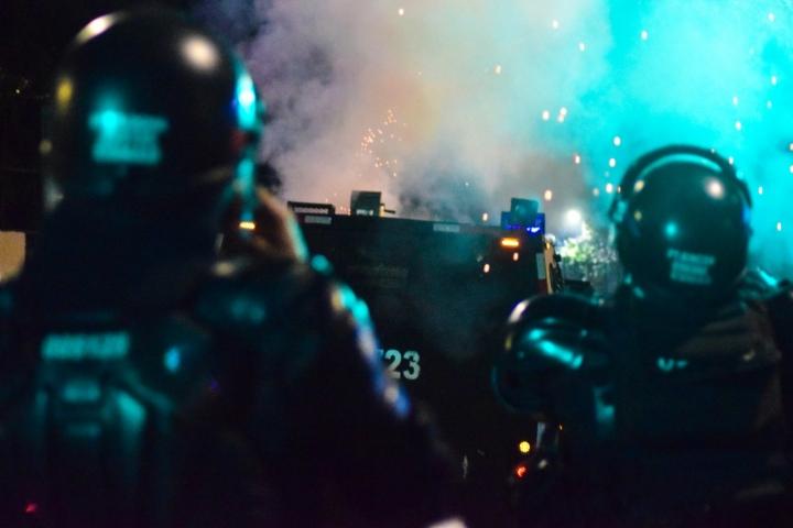 Alrededor de las 7 p.m. capuchos y ESMAD iniciaron enfrentamientos ocasionados por un bloqueo policial sobre el monumento a los héroes.