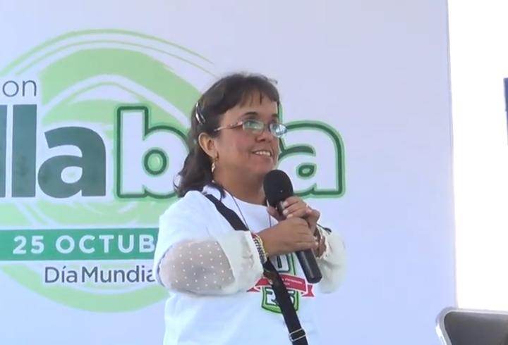 Karina María Rojas Suárez es una mujer cartagenera que se caracteriza por su alegría y resiliencia. Es maestra, escritora, conferencista motivacional, y cofundadora del primer grupo de talla baja en Bogotá