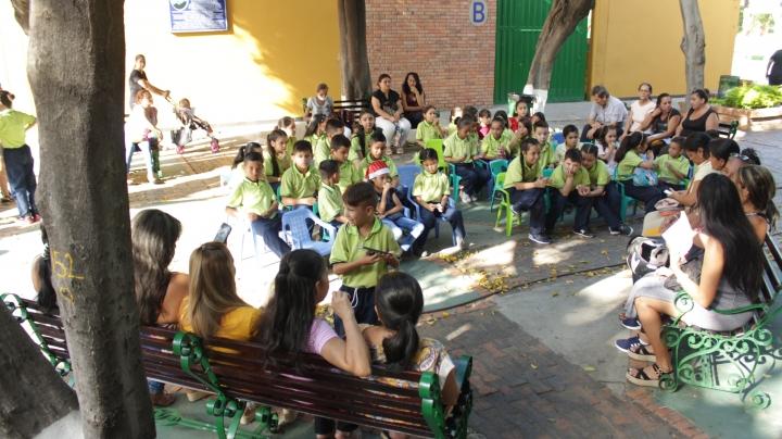 De lunes a jueves los niños, madres y abuelas se reúnen en las tardes en el Colegio Calasanz Cúcuta.