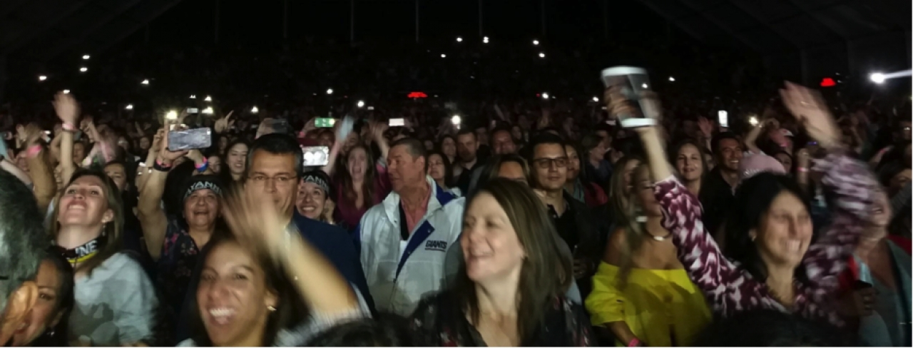 Mujeres en Bogotá escucharon a su príncipe en una noche