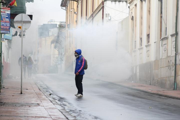 Un joven entre gases lacrimógenos el 22N