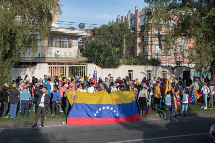 Venezolanos esperando las noticias de su país.