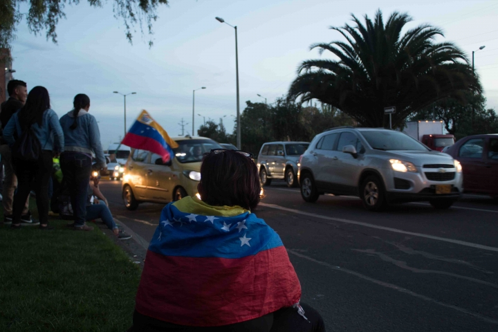 Bandera frente el consolado venezolano.