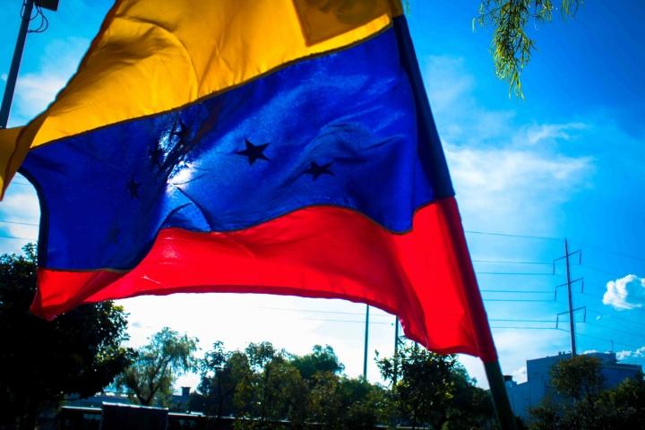 Luz sobre bandera de Venezuela.
