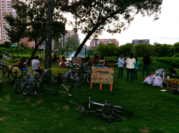 La comunidad se reúne para participar en distintas actividades recreativas.