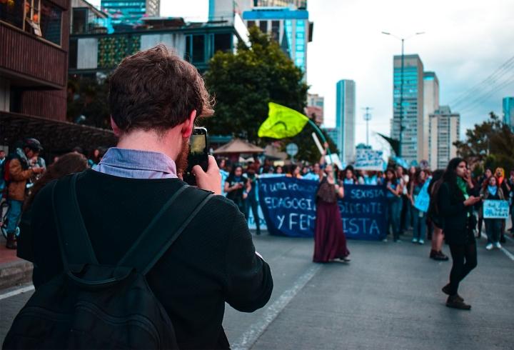 Miles personas estaban observando y tomando fotografías durante las manifestaciones.