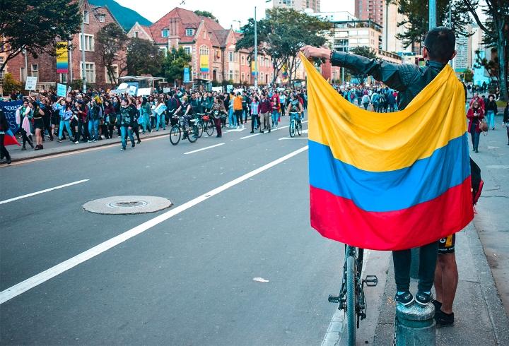 La bandera de Colombia estuvo presente en todo el acto.