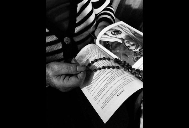 El Rosario como única espada contra esta guerra.La importancia del rezo del Rosario en la vida de un católico. Rebeca hizo el Rosario todos los días de la Semana Santa a las 7:00 p.m.