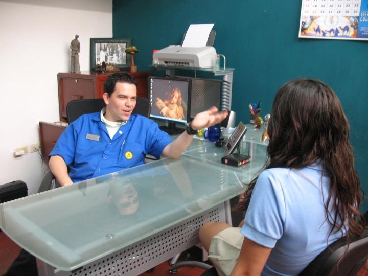 Juan Camilo Giraldo atendiendo a una paciente en el Colegio Calasanz Cúcuta.