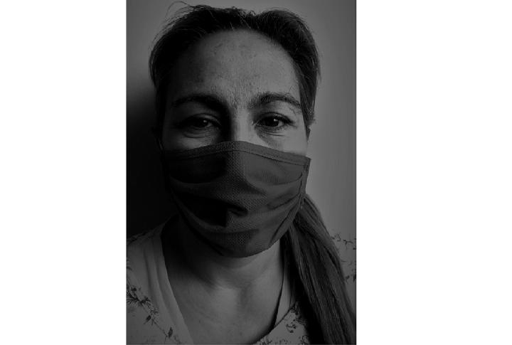 """""""Mascara"""". La única opción para mantenerse afuera. Se restringe la respiración."""