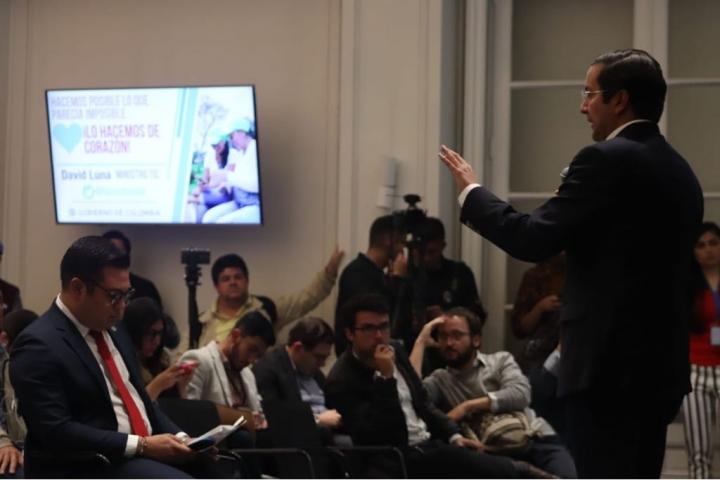 El ministro de las TIC, David Luna, presentando un informe sobre violencia digital en el Jockey Club de la Universidad del Rosario, Bogotá. Crédito foto: David Gómez