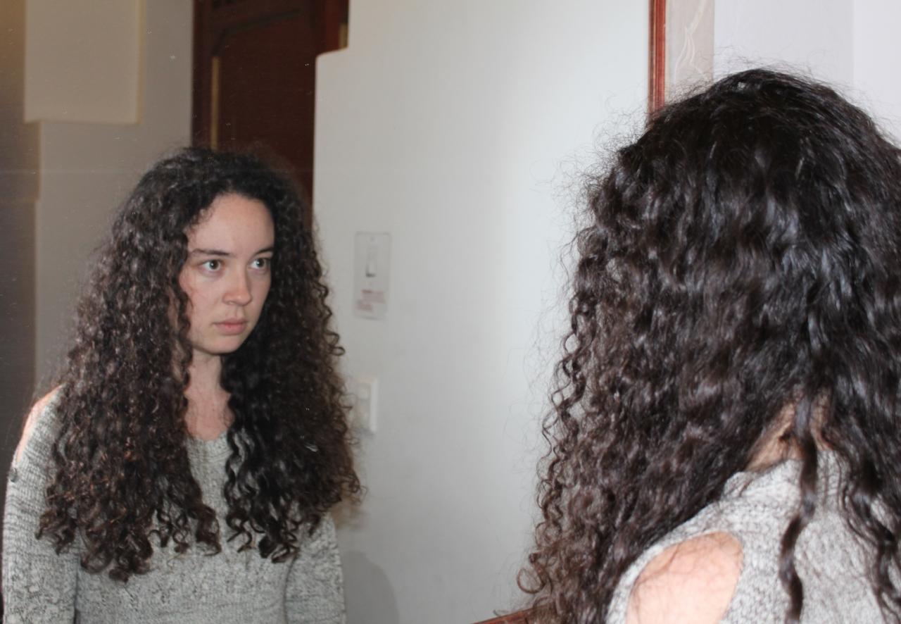 ¿Quién es el extraño que me observa en el espejo?