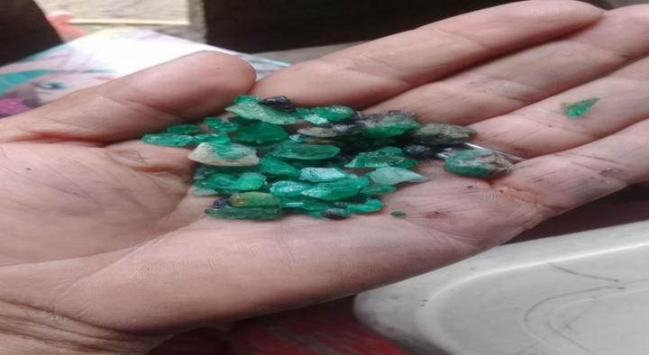 Esmeraldas de poco valor, llamadas morrayas. Son utilizadas para hacer canjes,  pero no para vender