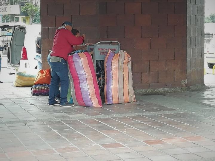 Personas con su equipaje en la Terminal