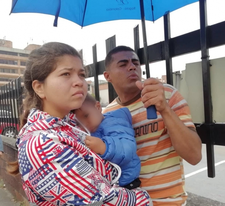 Rixon y Kriseni con su hijo, una de las familias que se han registrado con el PEP (permiso especial de permanencia)