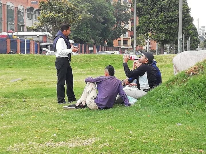 Jóvenes venezolanos charlando con un periodista en zonas aledañas a la terminal