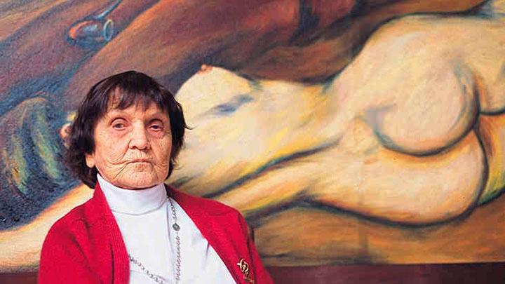 Débora Arango frente a su obra en el 2001