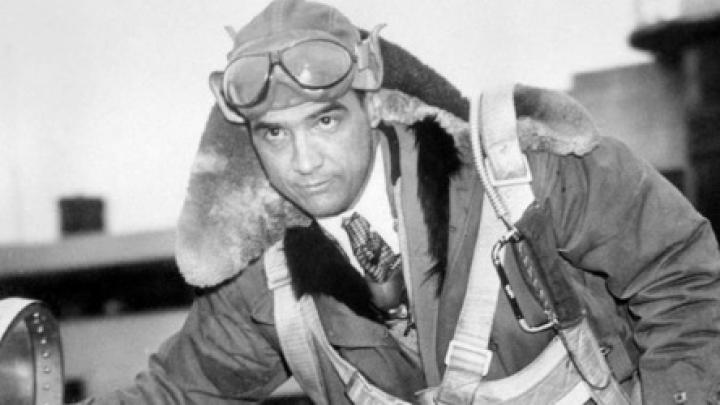 Howard Hugues en la carlinga de su avión el H1 Racer, con el que rompió el récord de la velocidad en 1935. // Bettmann