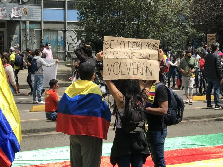 Por medio de pancartas, los manifestantes se pronuncian a favor del paro en el Parque Nacional. 5/05/2021.