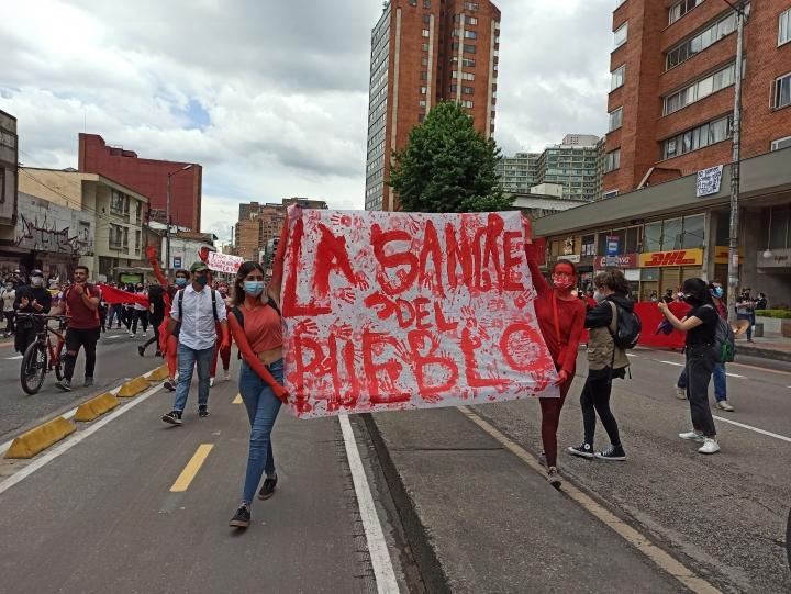 Marchantes se manifiestan por medio de carteles y pancartas en contra la violencia por parte de la fuerza pública. 5/05/2021.