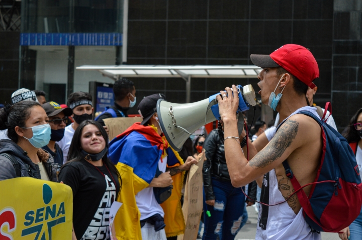 Manifestante cantando arengas