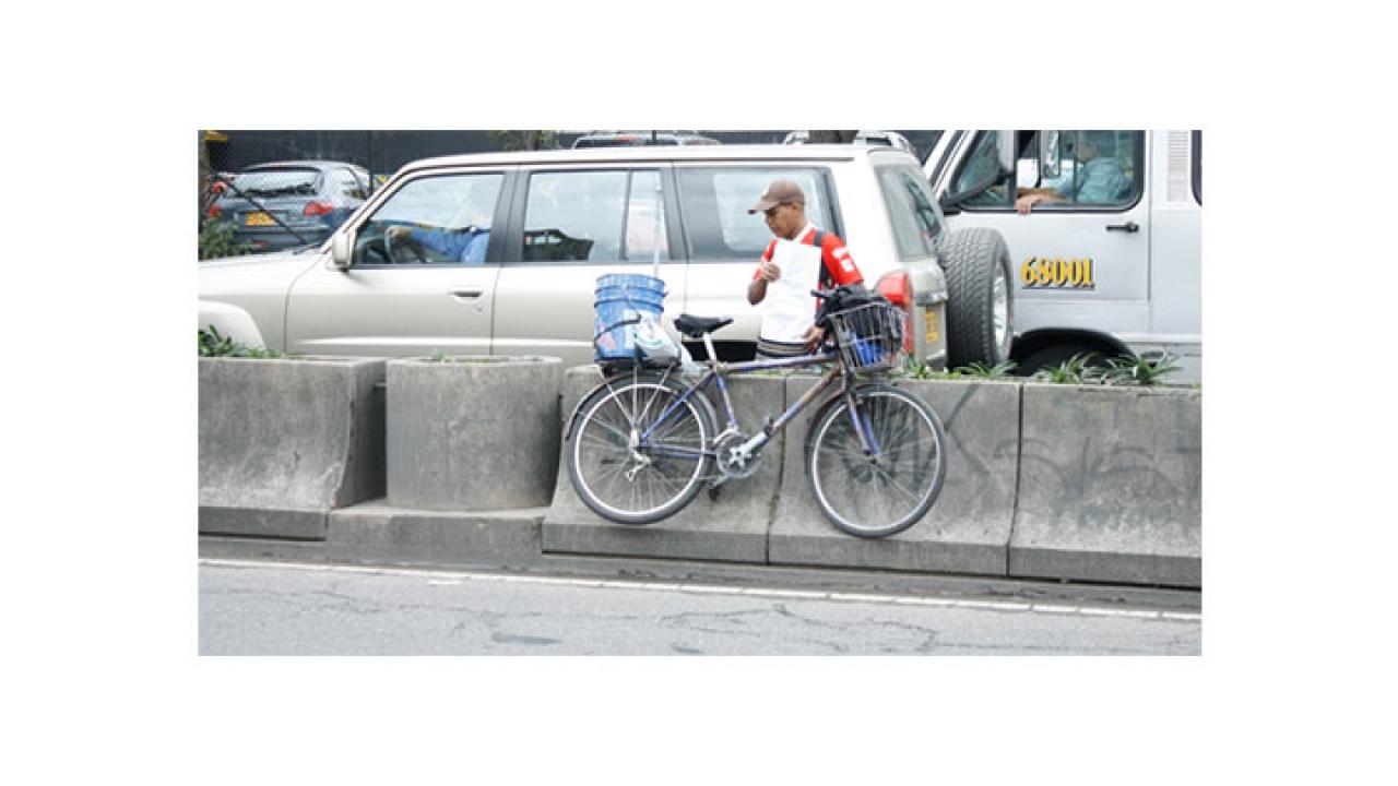 Peatones ponen en riesgo su vida a lo largo de la carrera séptima